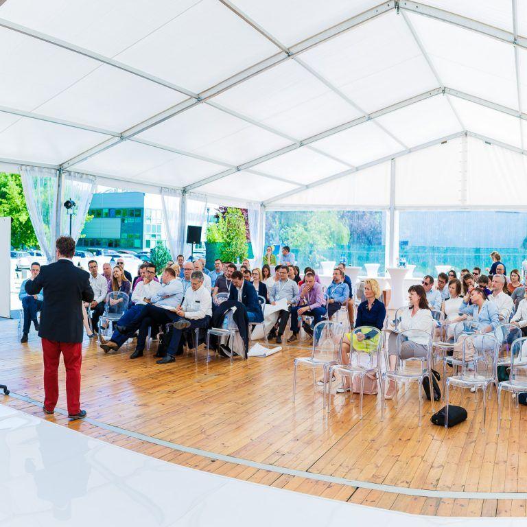 konferencja pod namiotem